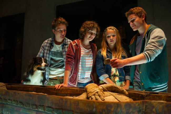 4 Freunde und ihr Hund mit einer Mumie