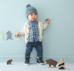 kleiner Junge mit Mütze schaut verdutzt