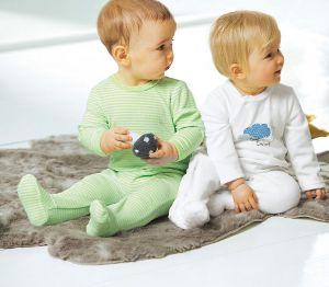 2 Kleinkinder schauen neugierig