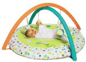 Baby auf einer Decke mit Spielzeug