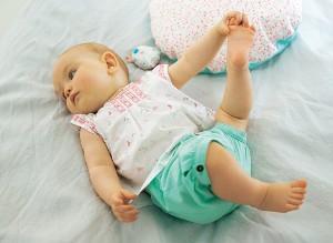 Baby hält seinen Fuß fest