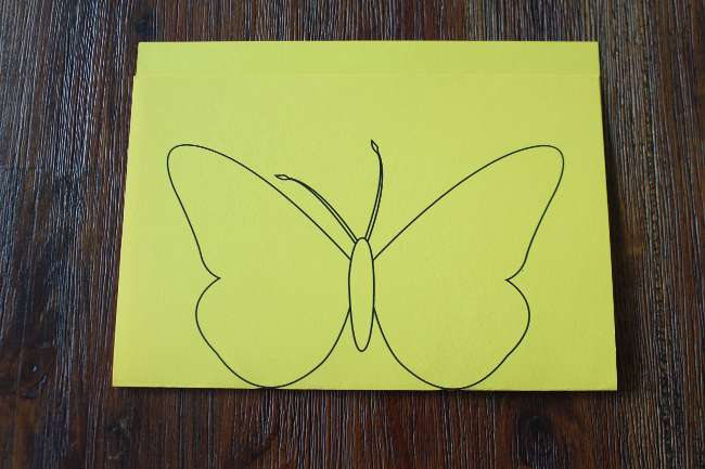 Geknicktes Tonpapier mit Schmetterling