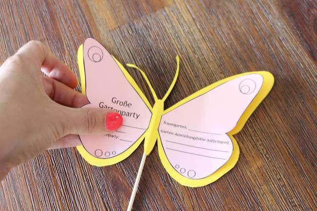 die Flügel werden auf den Schmetterling geklebt