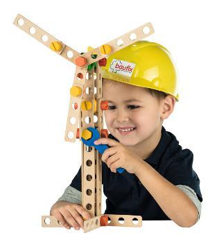 Junge spielt mit zusammengesetzten Windrad von Baufix