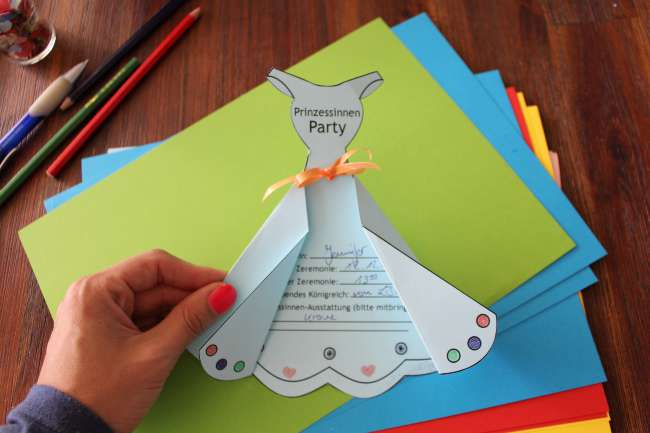 gebastelte Prinzessinnenkleid-Einladung mit Schleife