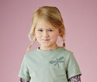 Kleines Mädchen mit Zöpfen verzieht das Gesicht