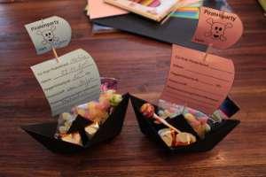 gebastelte Piratenschiff-Einladung mit Süßigkeiten-Ladung