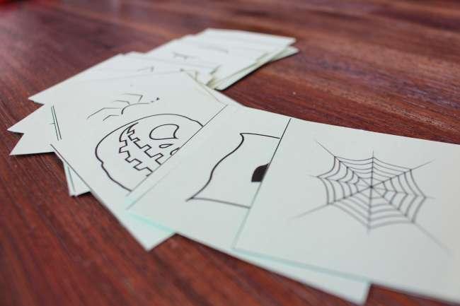 ausgeschnittene Memorykarten mit Halloween-Motiven