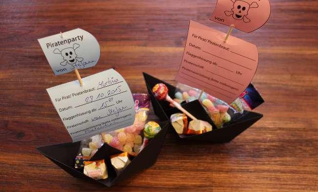 fertig gebastelte Piratenschiffe mit Süßigkeiten