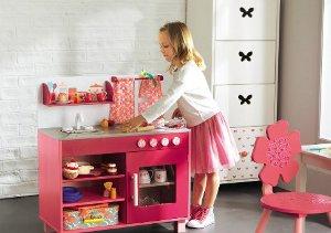 Mädchen spielt mit ihrer Spielküche