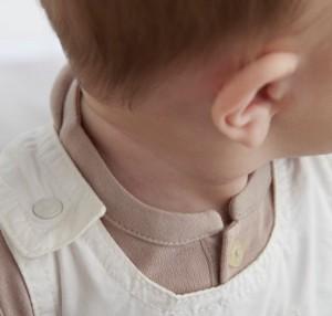 Nahaufnahme eines Babys mit Fokus auf Ohr