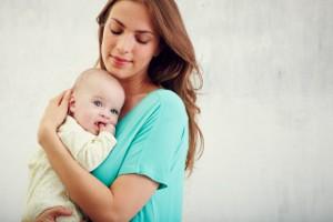 Baby auf dem Arm seiner Mutter