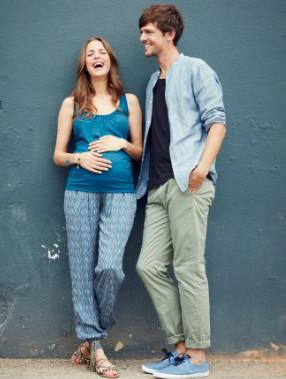 Schwangere lacht mit ihrem Mann