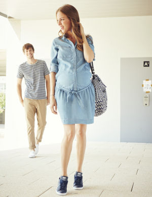 Schwangere Frau mit ihrem Mann auf dem Weg zur Klinik