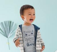 Kleiner Junge lacht fröhlich