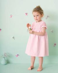 Kleines Mädchen in einem hübschen Somerkleid