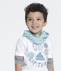 Junge mit Shirt und Halstuch