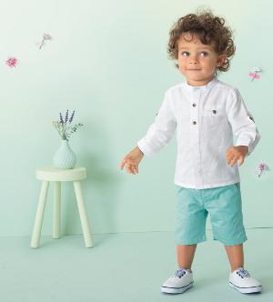 Kleiner Junge in festlichen Outfit guckt neugierig