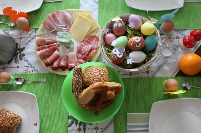 Gedeckter Frühstückstisch an Ostern mit den verrückten Ostereiern