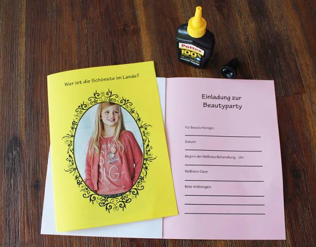 Foto wird in den Rahmen der Einladungskarte eingeklebt