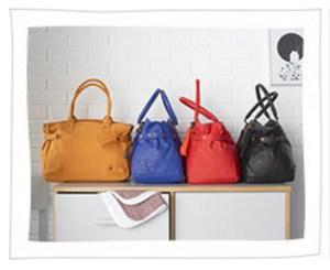 4 Wickeltaschen auf einer Kommode