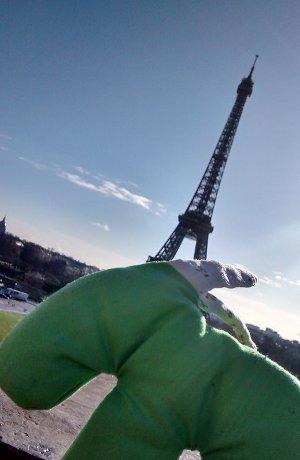 grüner Kuschelesel vor dem Eiffelturm in Paris