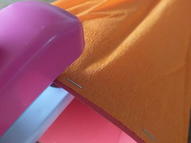 farbiges Krepp-Papier wird an die Schultüte getackert