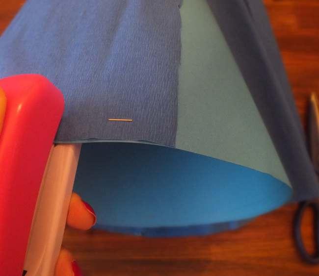 das Krepppapier wird an die Schultüte getackert