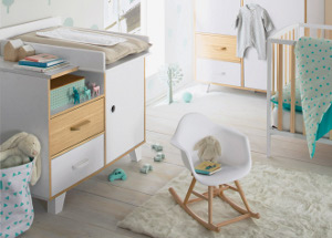 Kommode mit Wickelaufsatz im Babyzimmer