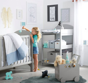 Babyzimmer mit Wickeltisch im Hintergrund