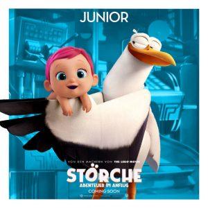 Storch Junior hält ein neugeborenes Baby in den Flügeln