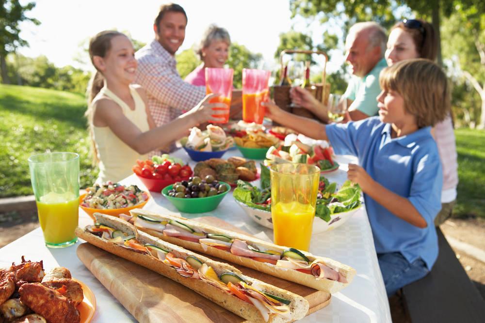 Familie beim Frühstrück draußen in einem der Kinderhotels