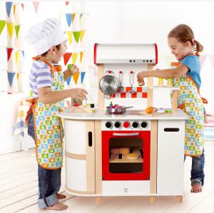 2 Kinder spielen in einer Spielküche das Kochen