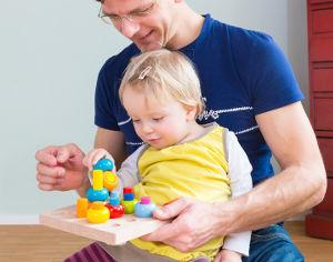Kind spielt mit Papa ein Spiel