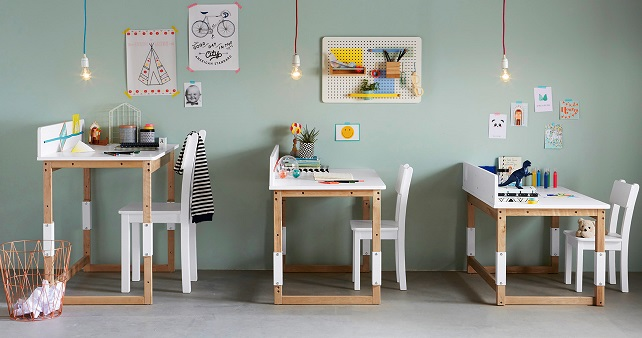 Schreibtische und Stühle